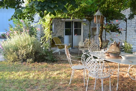 Airy light filled farmhouse in SW French village - Juille - Bed & Breakfast