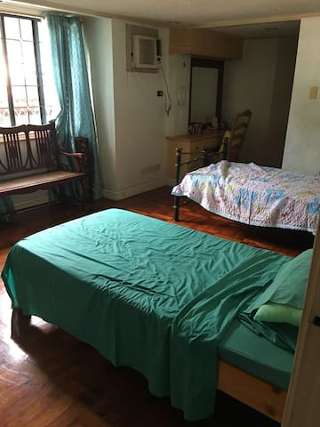Room near Ateneo/Miriam w/ parking - Quezon City  - House
