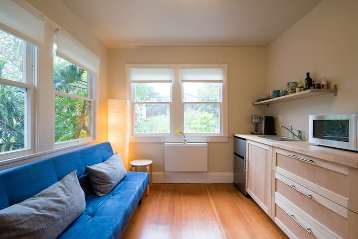 Hideaway filled with light & central location - Oakland - Apartment