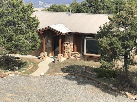 Mountainside cabin, stunning views, remodele
