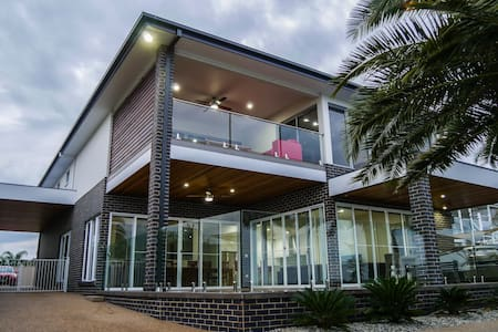 Luxury Waterfront Double Storey Home on the Lake - Mulwala