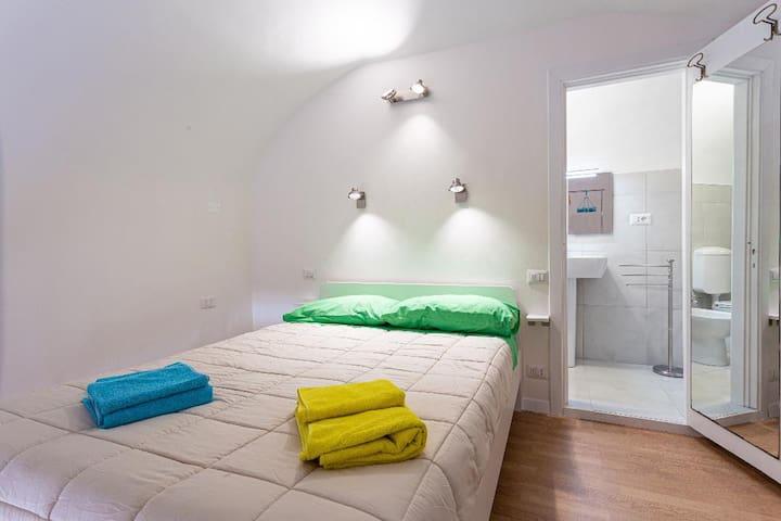 La camera con il letto matrimoniale. The bedroom with the double bed.