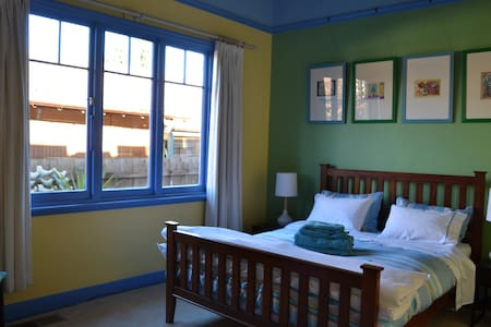 Cosy room in colourful house. Long stays welcome.