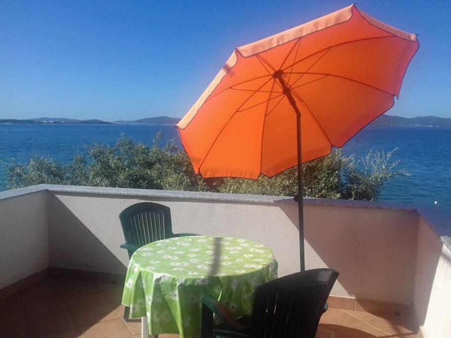 270° open balcony next to the sea