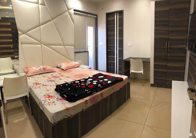 Home-like Room near Banke Bihari Temple - R2