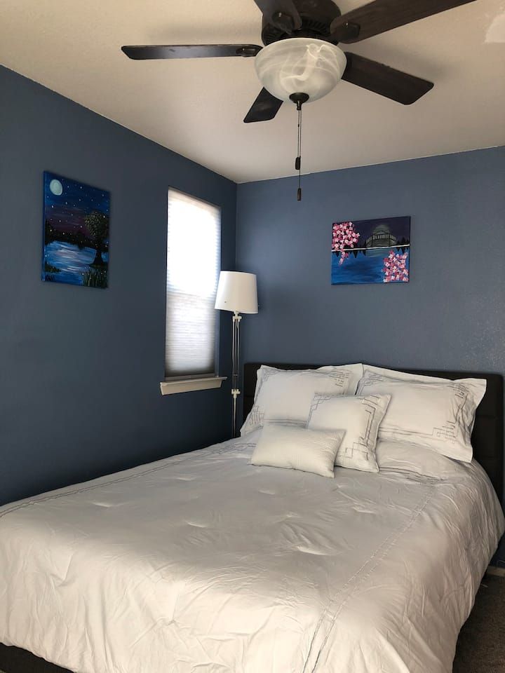 Cute Bedroom Near Downtown RWC