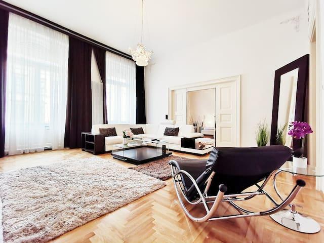 Luxury Design Honeymoon Apartment at Great Market