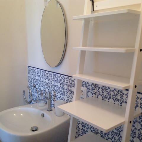 La presenza di due bagni rende più accogliente la casa