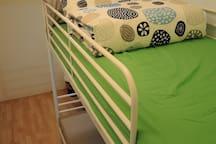 上下鋪房為簡約文具風,定期整體清潔,每次更換床單被套枕頭套,安心乾淨有保障