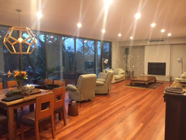 Northern Beaches Ocean & Bush view Executive Room. - Belrose