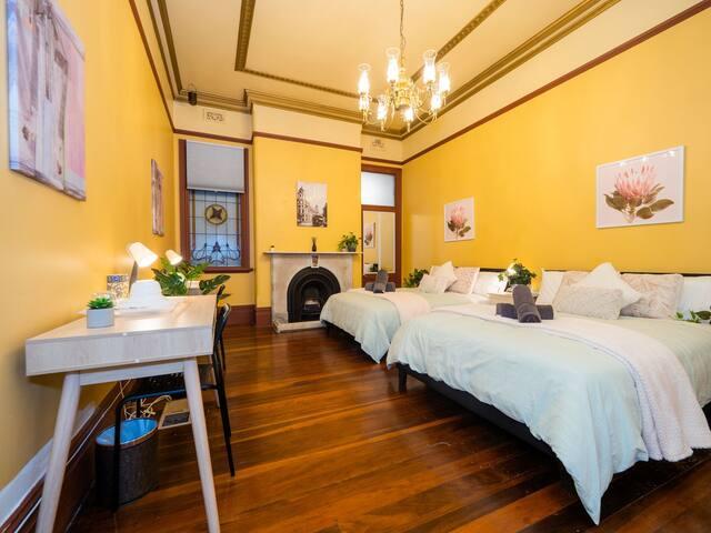 Quiet Quadruple Private Room In Strathfield 3min to Train Station sleeps 4