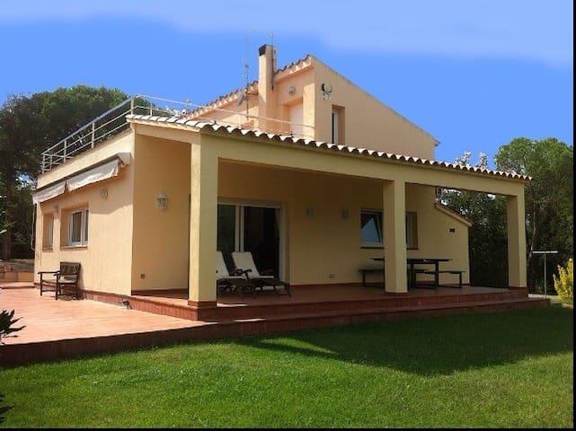CASA CON JARDÍN, IDEAL FAMILIA..