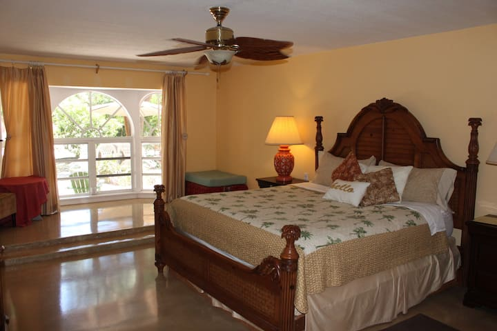 Tavernier Layover point. Tropical Home sleeps 1-6