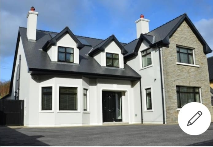 Fantastic 4 bed, utes from Killarney with gym - Houses