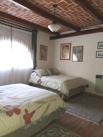 Habitación con una cama Queen y una matrimonial