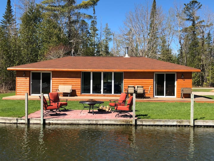 Beautiful Log Cabin on the River with Hot Tub