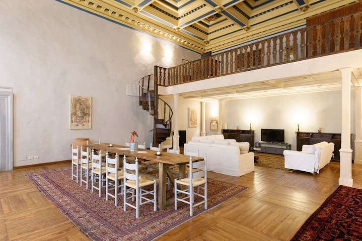 THE LOFT!200sqm,w\coffered ceilings,4 guests