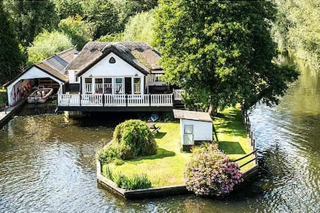 Wroxham holiday home, with boat, hot tub sleeps 10 - Wroxham