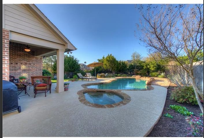 Great private backyard with pool, spa & patio inc grill