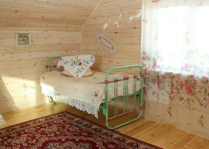 Ретро-стиль нашей гостевой комнаты / A guest room with a cozy retro bed