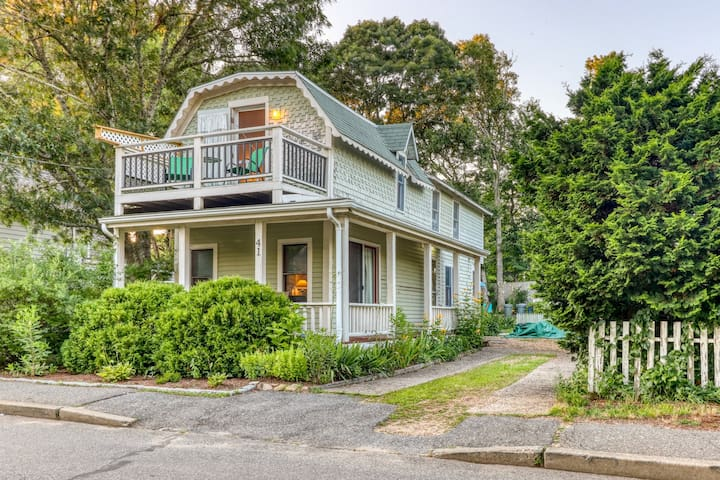 Bright old-world cottage w/ two porches & large yard - walk to town/beaches!