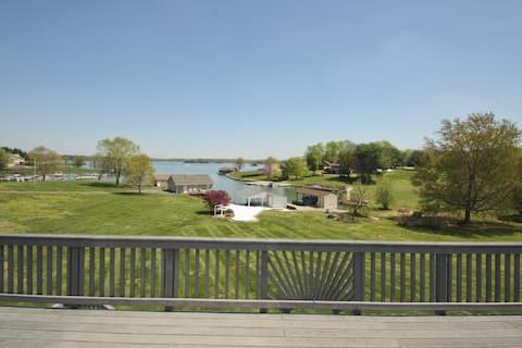 Lake Anna Waterfront Hot Tub, Fire Pit, Boathouse