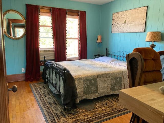 Upper Private room in downtown Historic Appleton