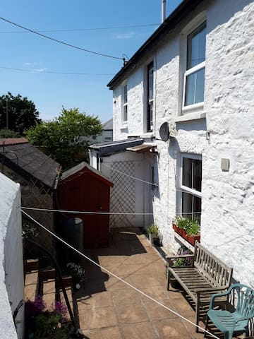 Cosy townhouse 2 miles from beach  & SW Coastpath