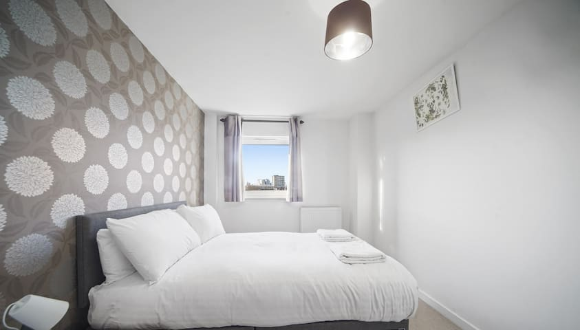 Luxury 1 Bed Flat close to station with lake view