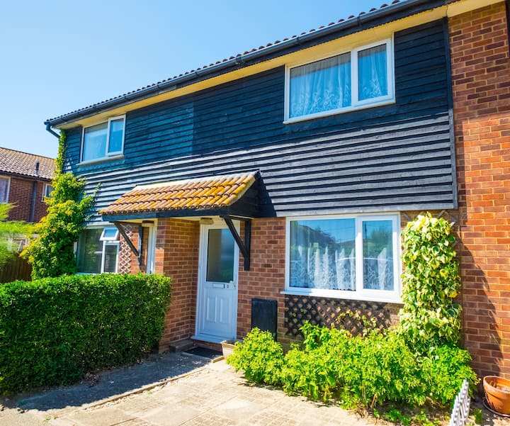 Marchants Cottage - Sleeps 6 - Stones throw from Camber Sands Beach - Private Parking Space