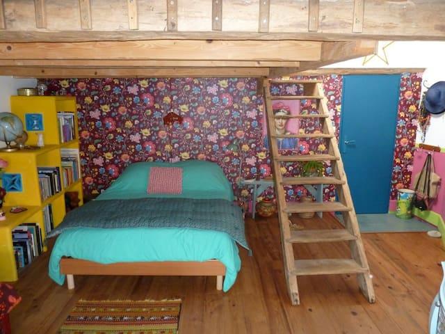 Chambre spacieuse avec jolie deco.