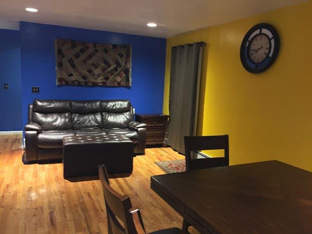 JFK 10 & LGA 15 MINUTES  AWAY  A/C PRIVATE BEDROOM - Queens - Appartement