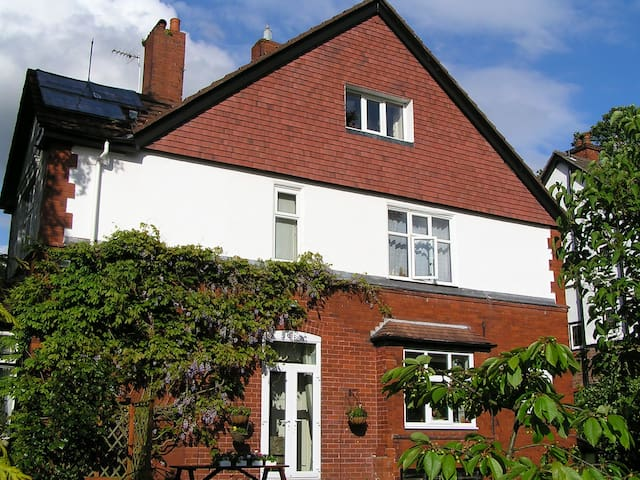 1. Quick,easy access to Manchester and Stockport - Stockport - Bed & Breakfast