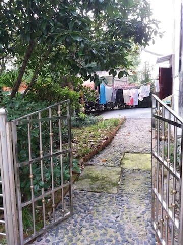 紧邻古井,热水入户,自然含硒,可饮可浴,家电厨具齐全,9成新,大床2×2米,特色小院可养花种菜