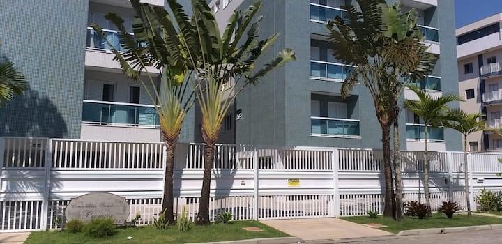 Apartamento confortável c/ varanda 300 m da praia.