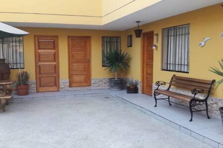 Habitación con baño y estacionamiento privado