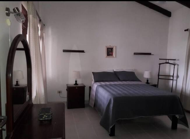 Habitación confortable, espaciosa y tranquila
