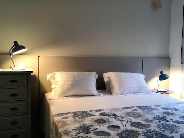 suite 1 com cama king size californiado (1,80 x 2,00 m)