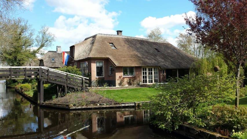 Kamer met privébadkamer aan de dorpsgracht - Giethoorn