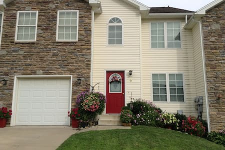 Entire 2nd floor of large upscale new townhome - Wilkes-Barre - 连栋住宅