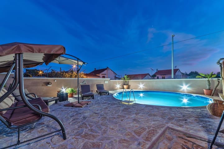 Lovely Apartment in Pakoštane with Private Swimming Pool