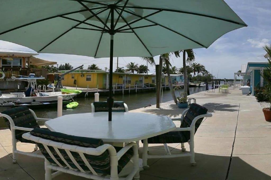 Grosse Terrasse mit BBQ Grill und Angelhalter