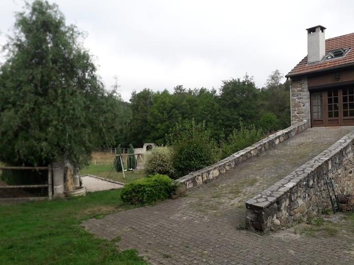 Chambre 3 ancienne ferme rénovée bord de rivière