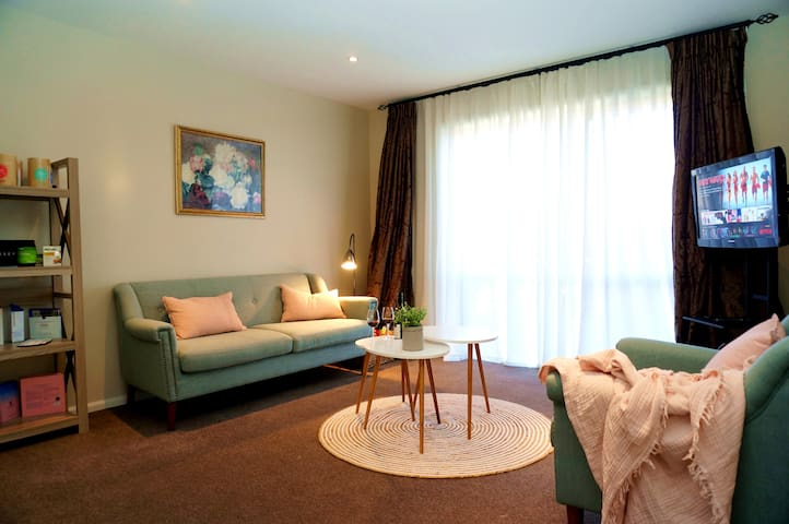 Cosy room& Dedicated guest living area& Breakfast