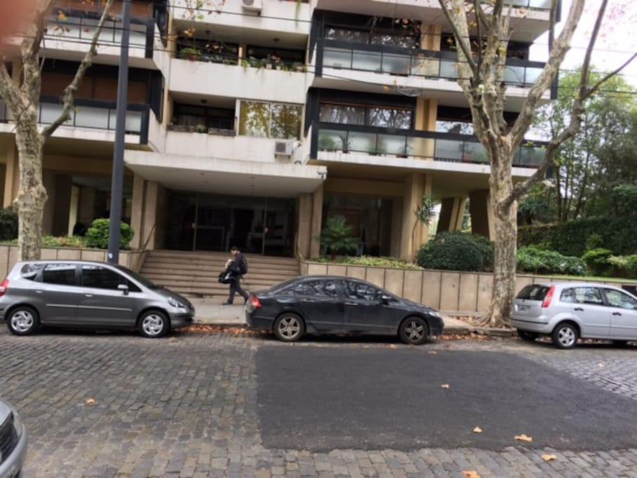 Vista del frente y la entrada del edificio Maure al 2100  Front of the building in Maure 2100
