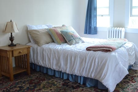 Sunny Private Room - 2 Beds, Private Bath - Mount Rainier - Casa