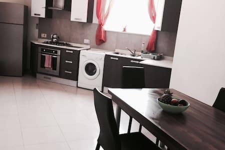 Charming Private Main Bedroom | SAN GWANN - Apartament