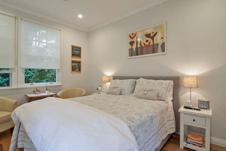 MINI MANOR  BANGALOW - a private getaway cottage