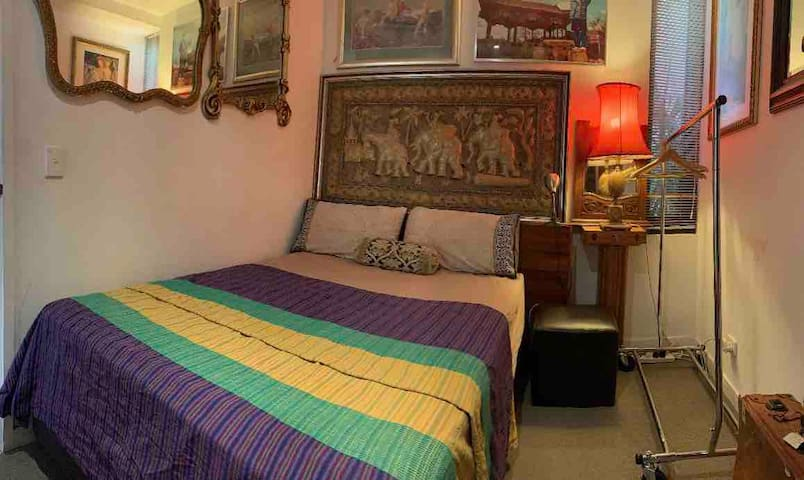 Cosy bedroom for one next to QV Market.