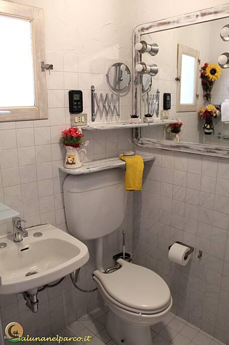 I Bagni sono piccoli e ad uso Privato. con Wc/Bidet, lavabo e doccia. Disponibile inoltre anche un Bagno più grande ma condiviso